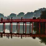 Un ponte rosso in stile cinese costruito sulle placide acque del lago Hoam Kiem