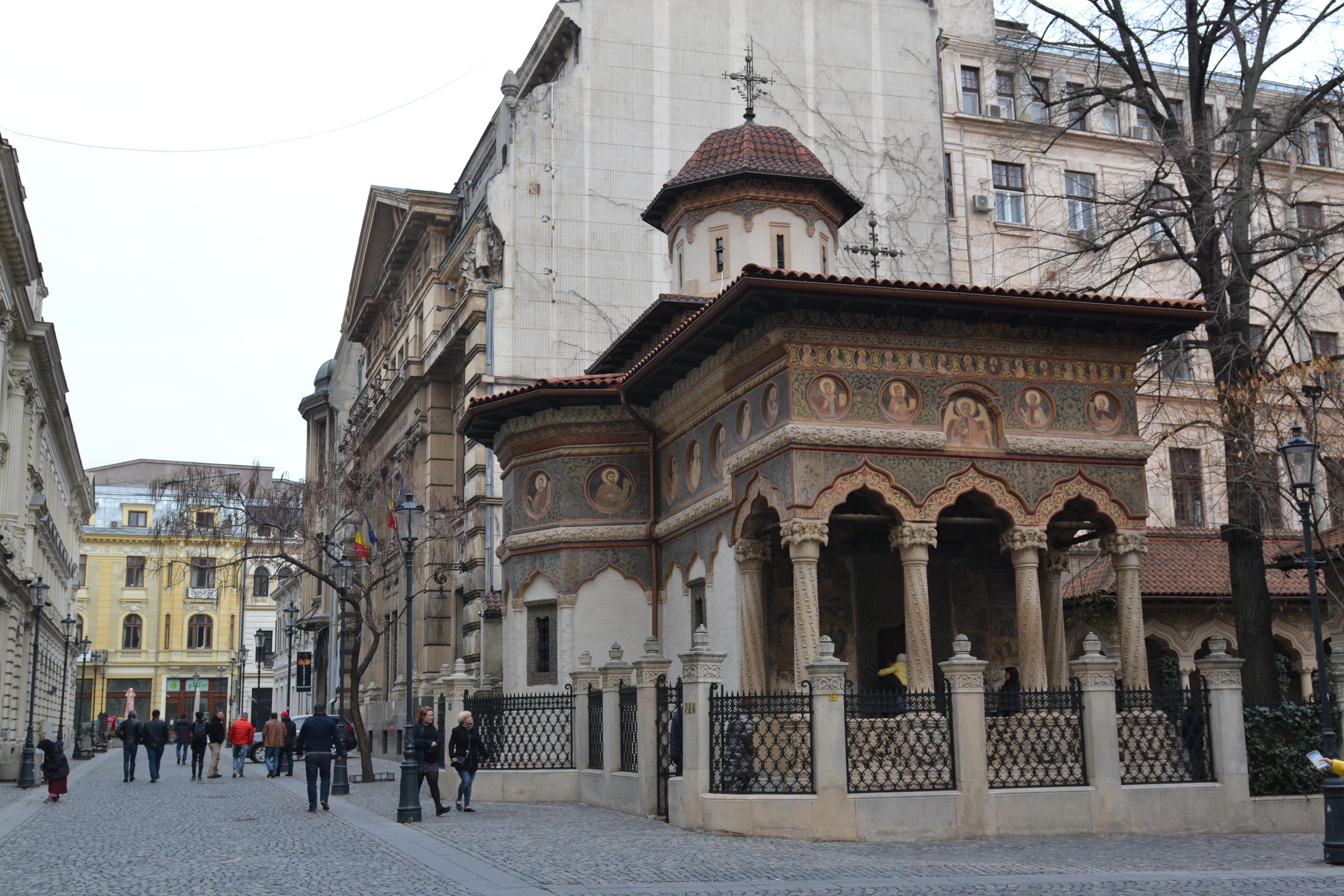 Chiesa in stile bizantino decorata con pitture di santi su strada pedonale