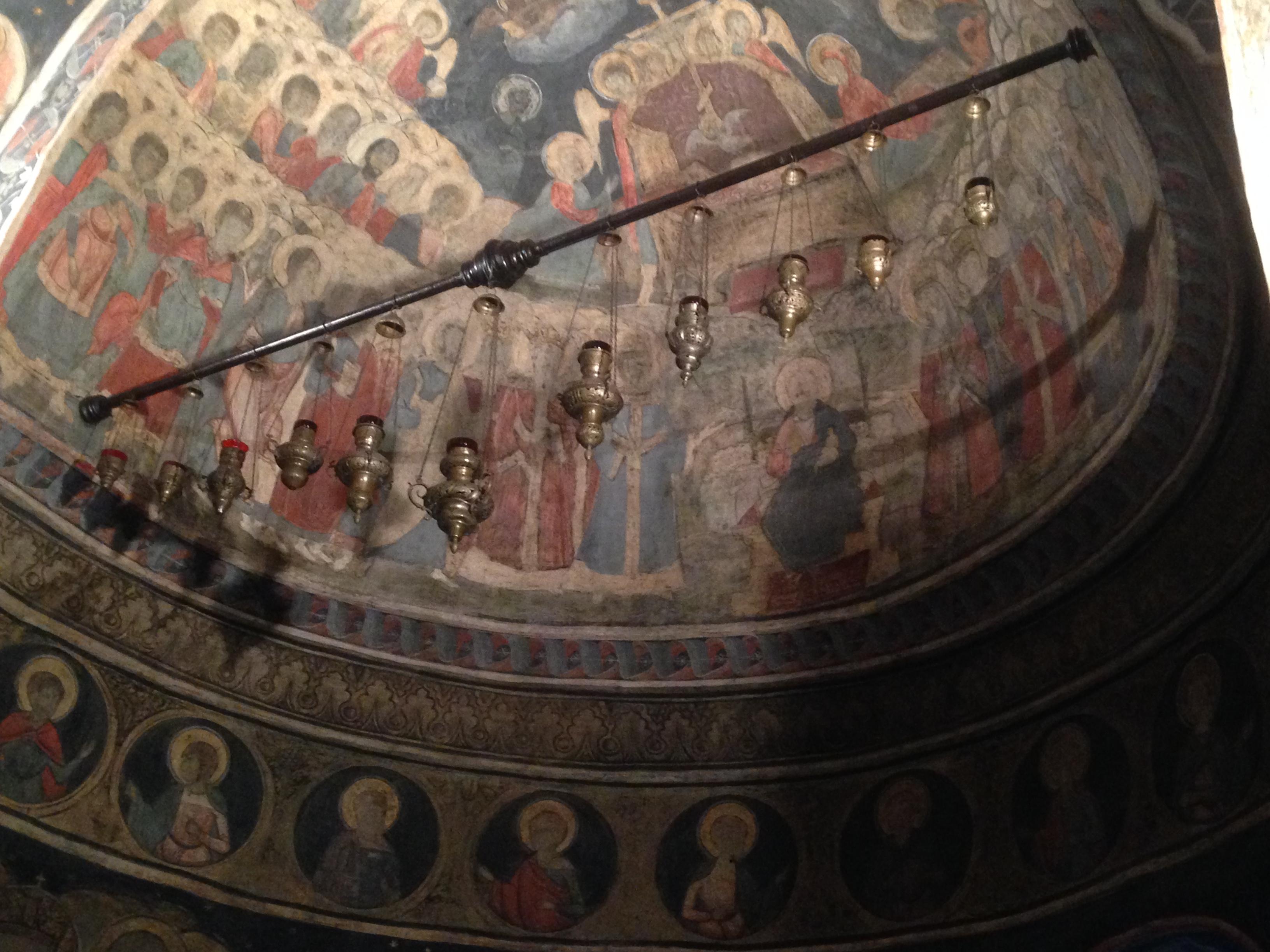 Interno della cupola affrescato con immagini di santi