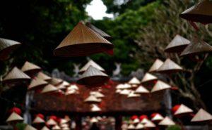 Un particolare del tempio della letteratura in uci si vedono in primo piano i tradizionali cappelli di paglia a forma di cono dei contadini vietnamiti