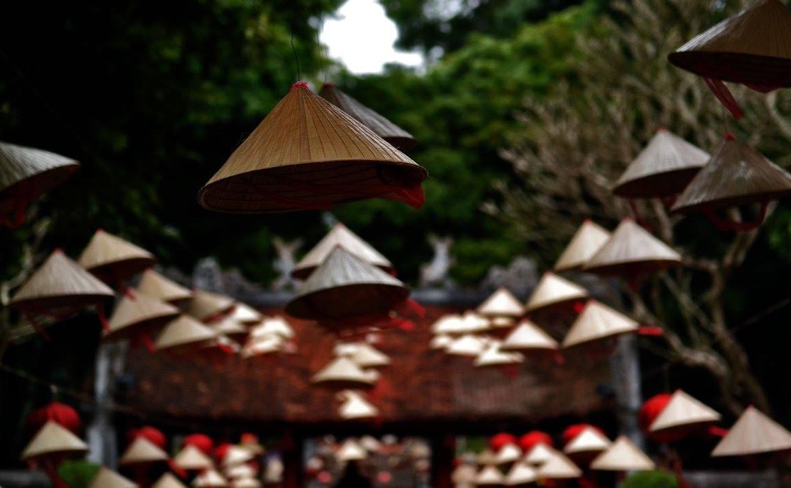Un particolare del tempio della letteratura in uci si vedono in primo piano i tradizionali cappelli di paglia a forma di cono dei contadini