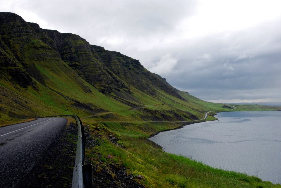 Strada asfaltata scenica con molte curve che percorre un fiordo