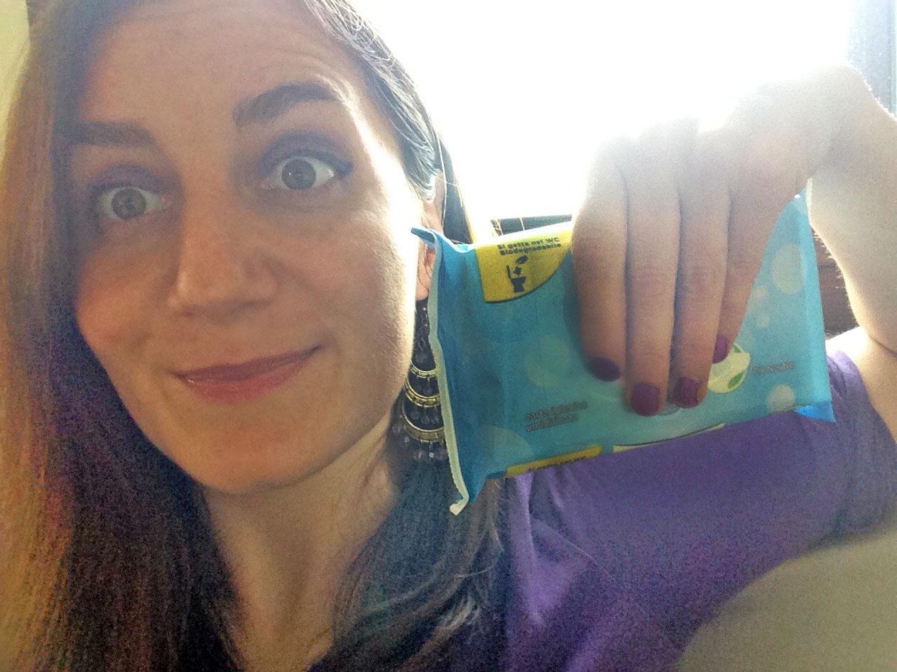 Selfie di me stessa con faccia simpatica che mostro un pacchetto di carta igienica da viaggio